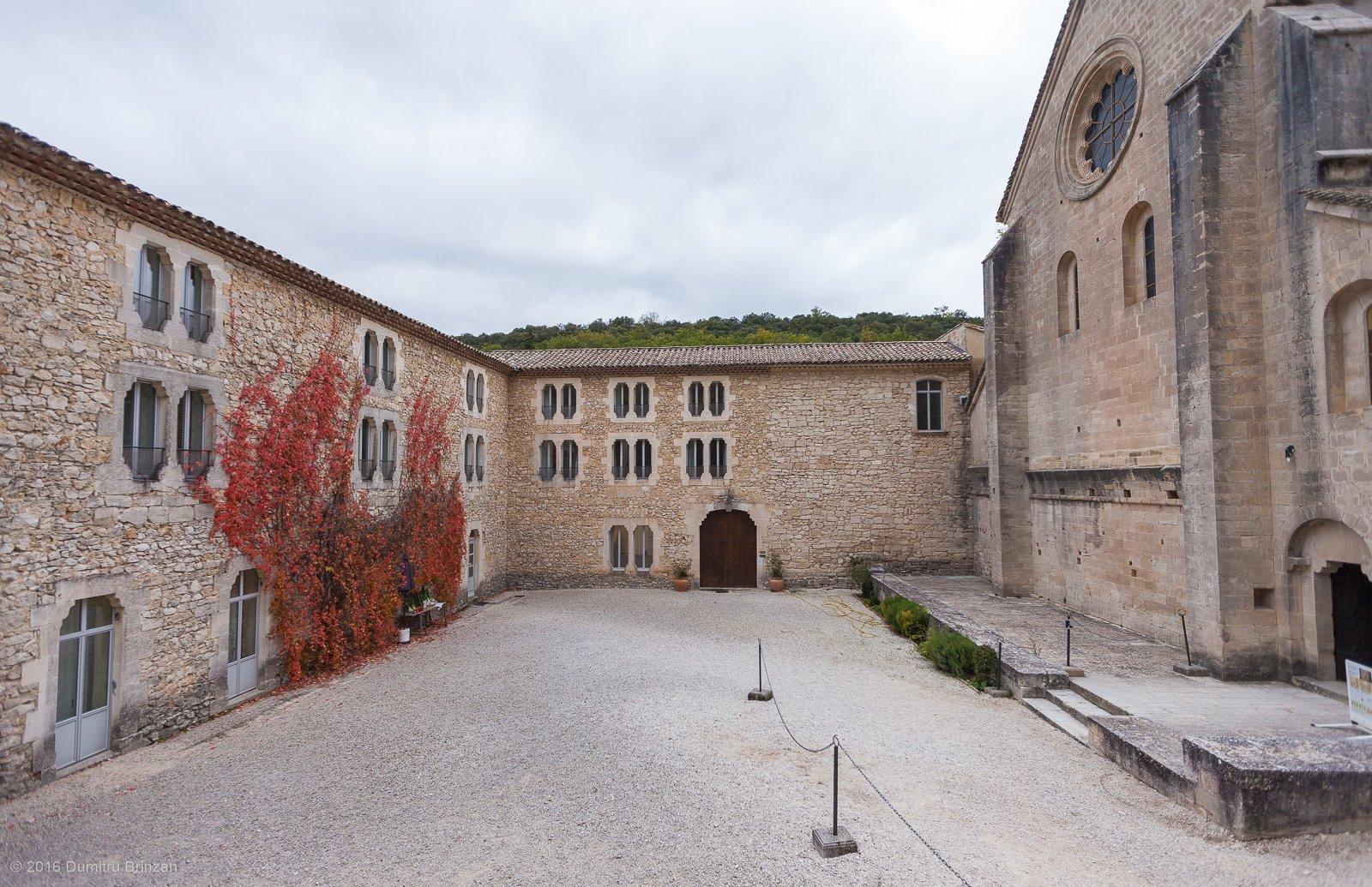 senanque-abbey-provence-france-11